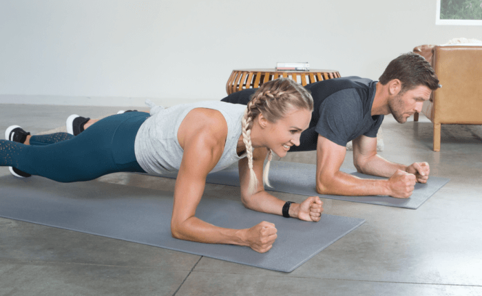 Carrie Underwood and Mike Fisher hold tight in plank positions